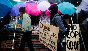 Protestujący w USA, domagający się zmniejszenia funduszy przekazywanych na policję.