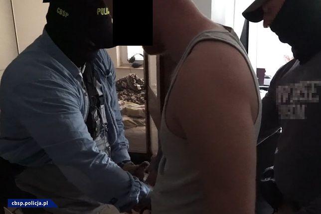 Policja zatrzymała 4  osoby związanych z prowadzeniem fikcyjnych sklepów internetowych
