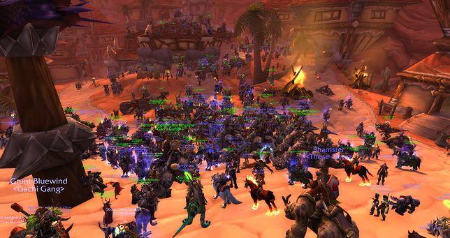 Gracze zbierają się przed rozpoczęciem rajdów ze swoimi gildiami