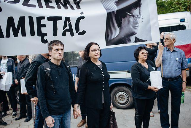 Małgorzata Rybicka z synem na proteście przeciw przymusowej ekshumacji ciała jej męża Arkadiusza Arama Rybickiego. ETPCz przyznał jej rację - ekshumacja złamała prawa człowieka.