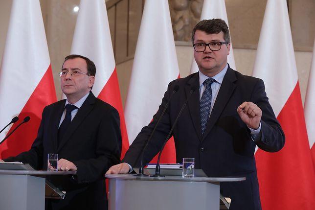 Obecnie ministrem koordynatorem służb specjalnych jest Mariusz Kamiński, a jego zastępcą Maciej Wąsik