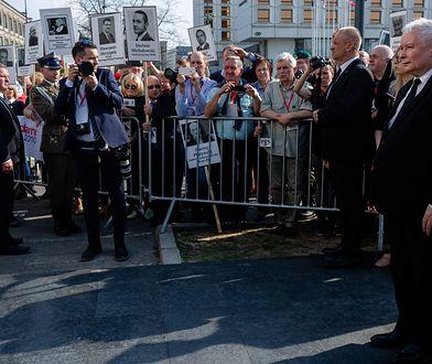 Jarosław Kaczyński podczas obchodów 8. rocznicy tragedii smoleńskiej. Plac Piłsudskiego.