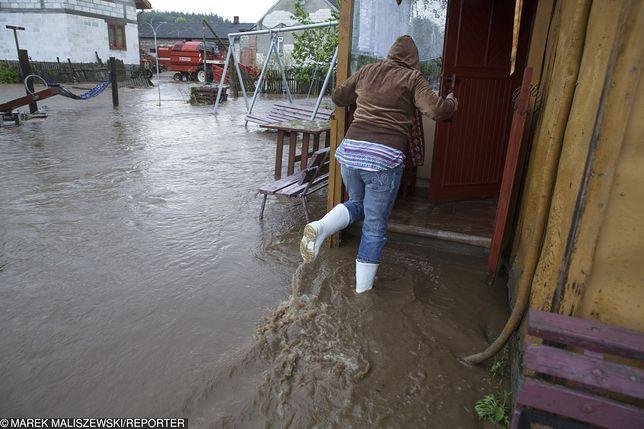 Podtopienia i groźba powodzi. Dramatyczna sytuacja na południu Polski