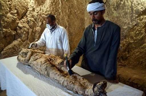 Egipscy archeolodzy konserwują mumię owiniętą lnem, znalezioną na nekropoli Draa Abul Naga na zachodnim brzegu miasta Luksor