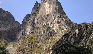 Niesamowita akcja w Tatrach. Wnieśli na plecach sparaliżowaną Anię na Mnicha