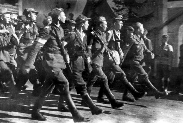 Żołnierze Brygady Świętokrzyskiej NSZ w czasie parady w 1945 r.
