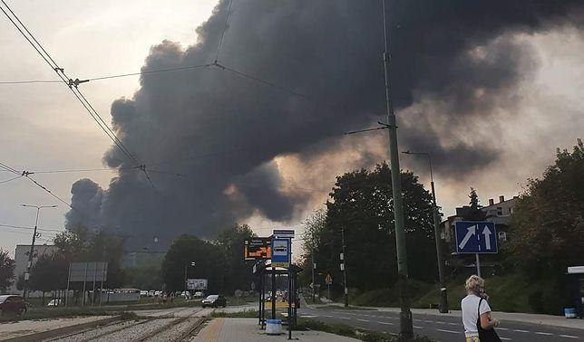 Sosnowiec. Groźny pożar beczek z nieznaną substancją. Dym widać z kilkunastu kilometrów