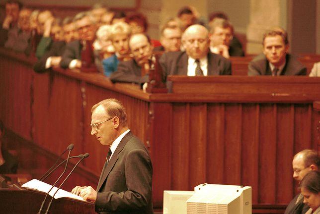 Andrzej Milczanowski podczas wystąpienia w sejmie w grudniu 1995 r. W tle ówczesny premier Józef Oleksy