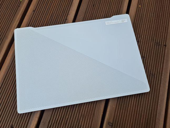 Czas pracy w terenie to nie poziom ultrabooków, ale wśród laptopów do gier plasuje G14 w ścisłej czołówce. Choć lepsi też bywają, np. Dell G5 5590