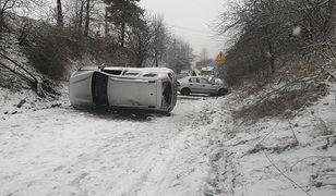 Groźny wypadek w Niegowonicach. Auto w poprzek drogi, ranni