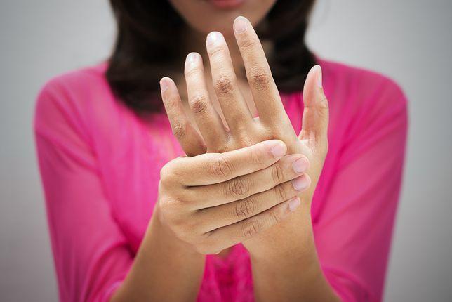 Smukłe palce i zadbane dłonie. Ćwiczenia na mięśnie dłoni