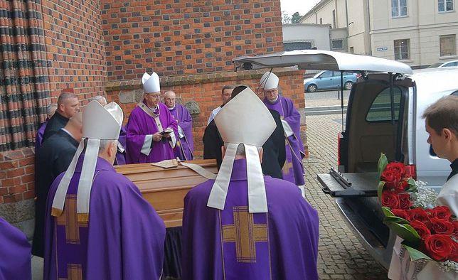 Pogrzeb abpa seniora Juliusza Paetza. Trumna z ciałem hierarchy rano opuściła katedrę poznańską