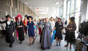 Założyły kapelusze i suknie, aby uczcić polskie emancypantki