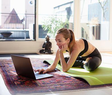Ćwiczenia w domu. Z łatwością wzmocnij kręgosłup podczas domowej kwarantanny