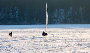 Entuzjaści żeglarstwa lodowego przekonują, że wystarczy raz wsiąść na bojer, by się uzależnić