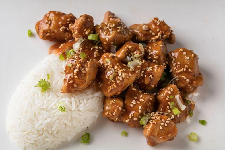Pomysł na prosty obiad. Przepis na kurczaka w sezamie z ryżem