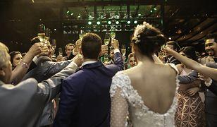 Skutki przekładania ślubów. Pary młode musiały zmienić niektóre życiowe plany