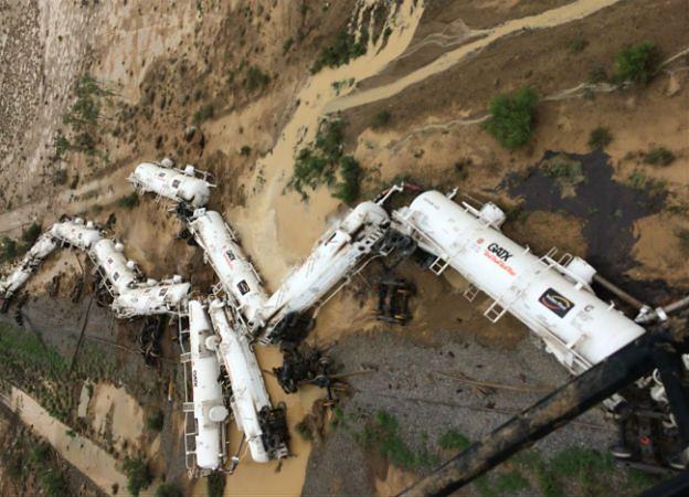 W Australii wykoleił się pociąg przewożący 200 tys. litrów kwasu siarkowego