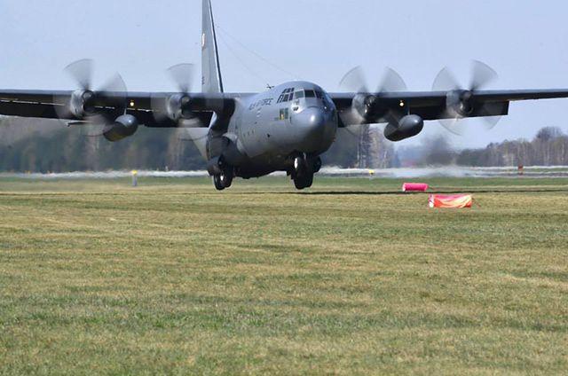Ogromny samolot lądował na trawie w Powidzu - zdjęcia