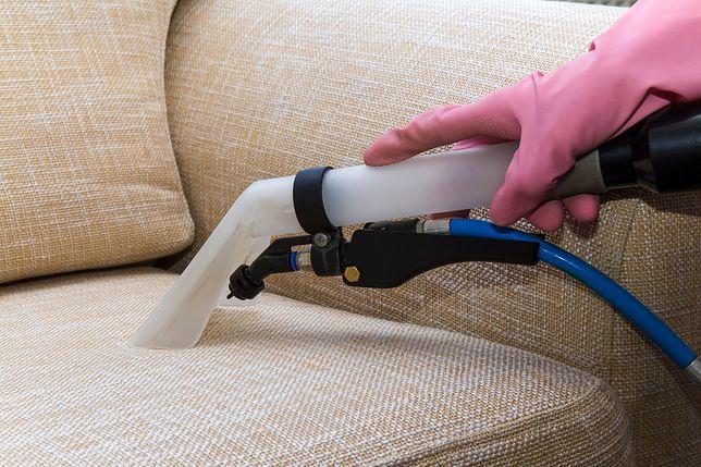 Aby wyczyścić tapicerkę domowym sposobem, wystarczy użyć sody oczyszczonej