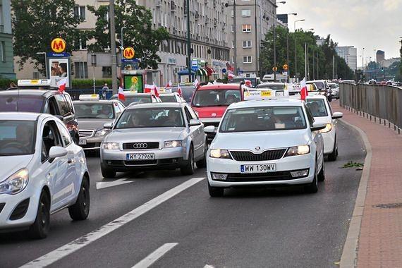 """Protest taksówkarzy to """"samozaoranie"""". Kierowcy są wściekli"""