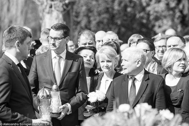 Premier Mateusz Morawiecki i posłanka Jolanta Szczypińska w kwietniu na obchodach smoleńskiej katastrofy