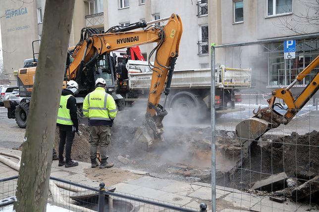 Warszawa. Prace na ulicy Jagiellońskiej po awarii rury sieci ciepłowniczej
