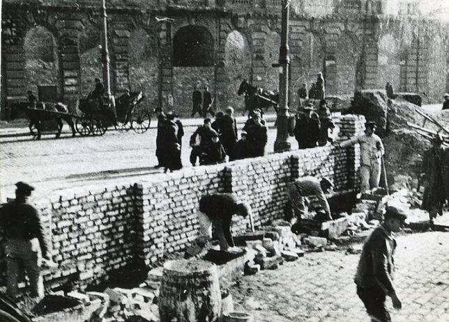 Warszawskie getto. W kwietniu 1943 roku wybuchło tu powstanie. To z tego czasu pochodzić może schron, odkryty przez budowlańców, którzy znalezione przedmioty w nim sprzedali