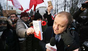 Demonstranci zakłócają relację dziennikarza przed Sejmem 17 grudnia