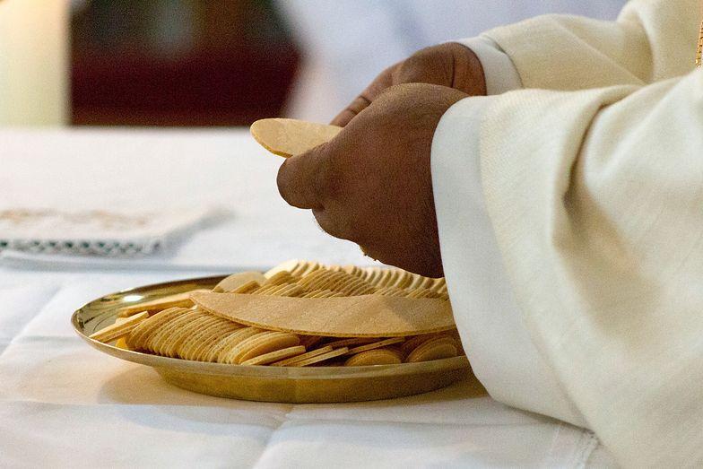 """Duchowny komentuje zachowanie wielu księży. """"To przykład głupoty"""""""