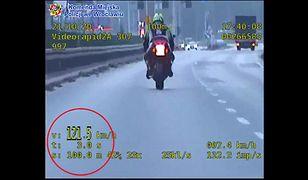 Motocyklista przekroczył prędkość o 71 km/h i uciekał przed policją. Pościg zakończył się wypadkiem
