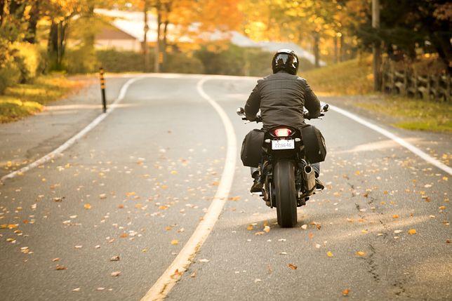 Jazda motocyklem jesienią wymaga zmiany przyzwyczajeń.