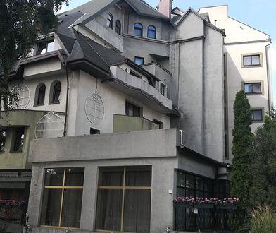 Największa samowola budowlana w Warszawie ma zniknąć. Odwiedziłam hotel Czarny Kot i spędziłam noc jak w przedziwnej bajce