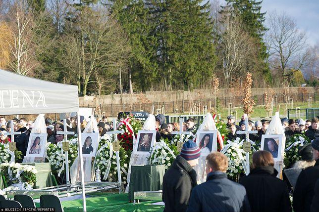 Nastolatki zostały pochowane obok siebie