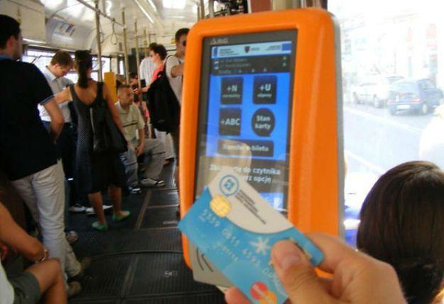 Wielu pasażerów dalej woli przepłacać za papierowe bilety niż mieć kartę PEKA