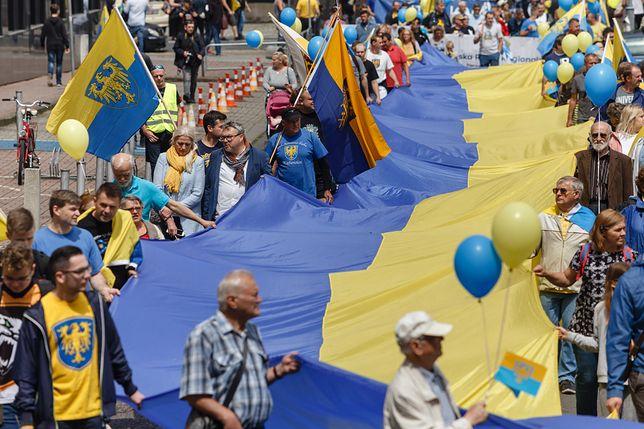 Uczestnicy marszu nieśli ogromną flagę w barwach Śląska