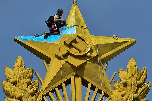 Flaga Ukrainy nad jednym z najwyższych budynków w Moskwie