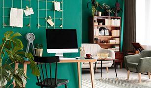 Aranżacja gabinetu domowego w salonie spójnie łączy się z wystrojem całego wnętrza