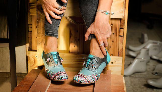 Wzorzyste buty mogą stworzyć ciekawy komplet, na przykład z biżuterią