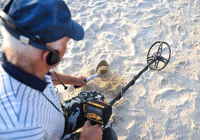 Przeczesują plaże o świcie - zdjęcia