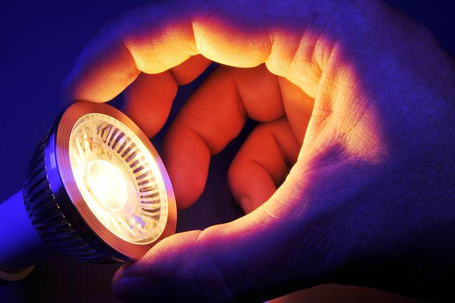 Ogromnym plusem LED-ów jest możliwość uzyskania światła w dowolnym kolorze oraz sterowania nim, ta technologia niesie jednak również pewne ograniczenia.