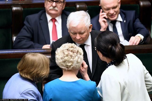 Jarosław Kaczyński z posłankami PiS w Sejmie. 2019 rok.