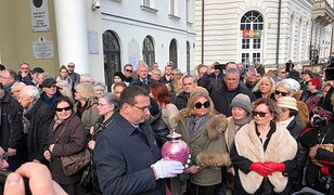Pogrzeb Zofii Czerwińskiej. Tłum żałobników i różowa urna