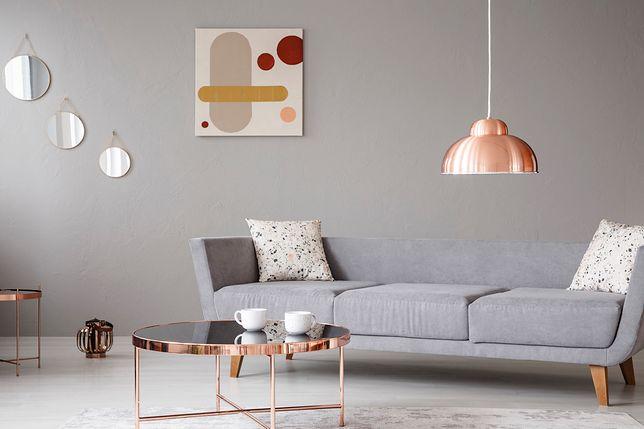 Ciepła barwa miedzianych akcentów urozmaici proste, nowoczesne wnętrze
