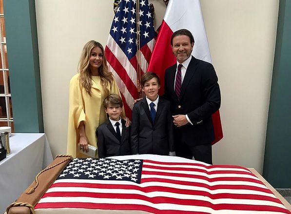 Urocze zdjęcie z tortem w kształcie flagi