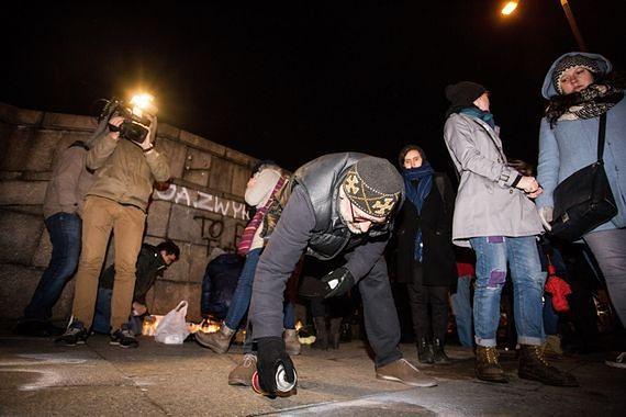 Obywatele RP manifestują przed Pałacem Kultury i Nauki, aby uczcić pamięć o Piotrze Szczęsnym. Relacja na żywo