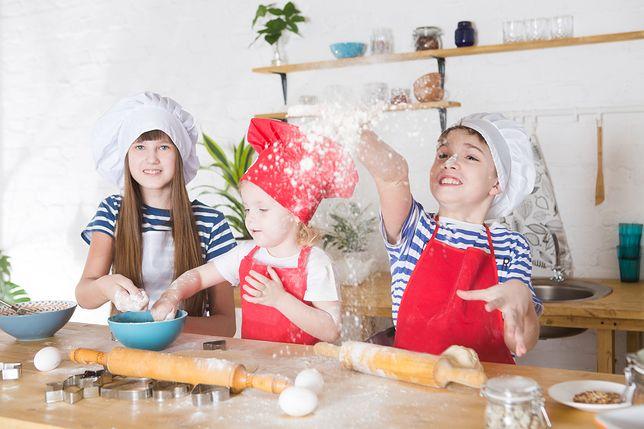 Na podstawie prostych przepisów dzieci gotują potrawy, które nadają się do zaserwowania na obiad dla całej rodziny