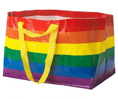 Kultowa tęczowa torba FRAKTA znów dostępna. Szwedzka marka przekaże dochód ze sprzedaży na szczytny cel