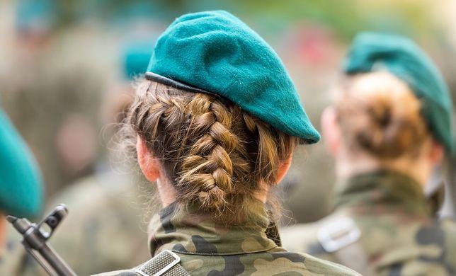Żołnierka wyznała, że wstydzi się, a inni żołnierze się z niej śmieją. Zdjęcie ilustracyjne.