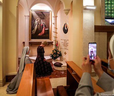 Agata Duda odwiedziła zakon. Fotograf zrobił zdjęcie w czasie modlitwy